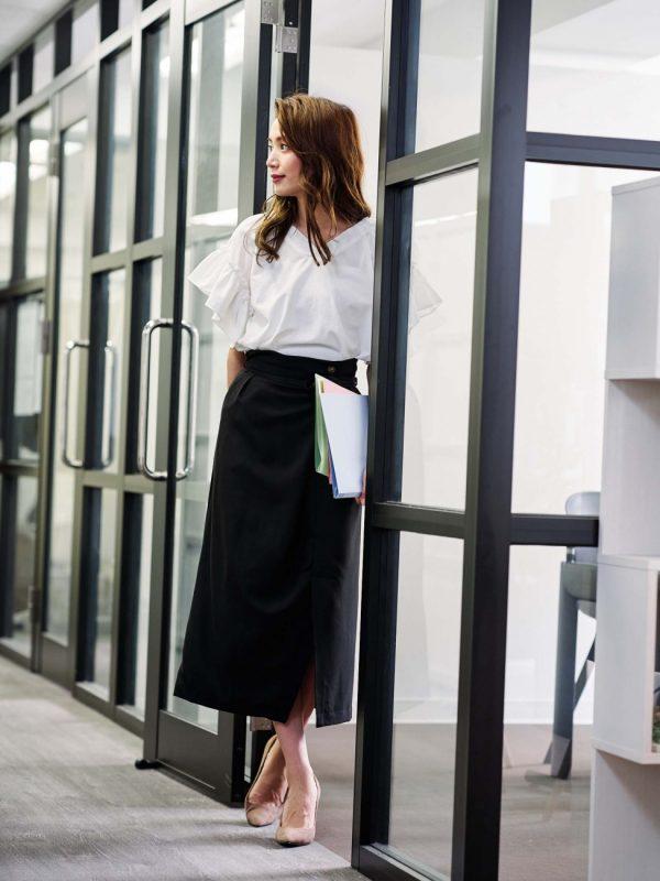 白フリルブラウス×黒スカートの秋コーデ