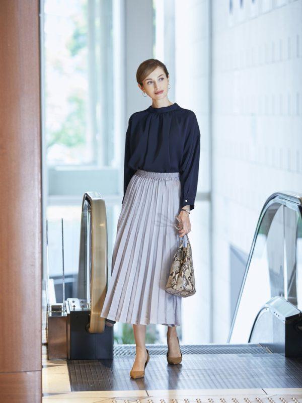 紺ボウタイシャツ×プリーツスカートの秋コーデ