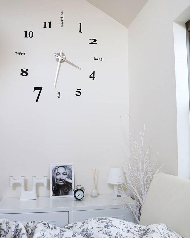 時計のあるモダンな空間