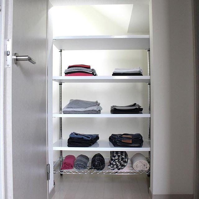 ワイシャツをオープン棚に飾る収納アイデア