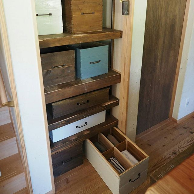 工夫した木箱にすっきり収納するアイデア