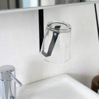 すっきりキレイな洗面所に。浮かせて収納できる「洗面戸棚下タンブラーホルダー 」