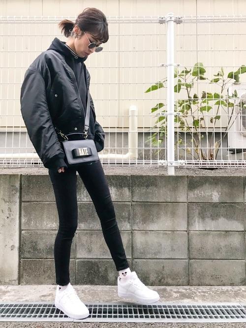 黒スキニーパンツ×白スニーカーの冬コーデ