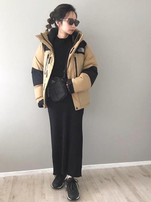 ベージュダウン×黒ニットワンピースの服装