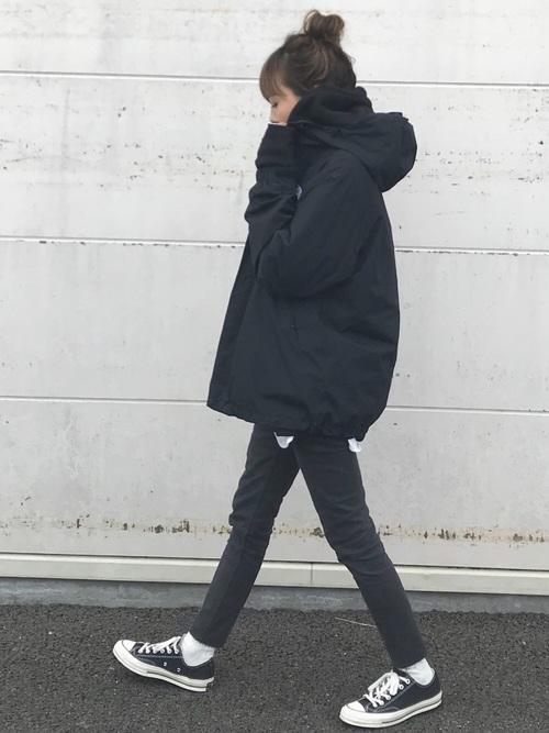 黒アウター×黒パンツのレディースの服装
