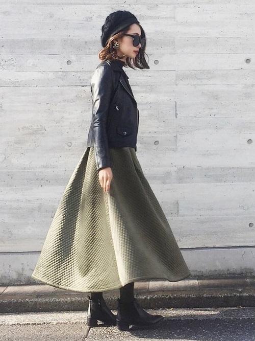 黒ライダースジャケット×緑スカートの服装