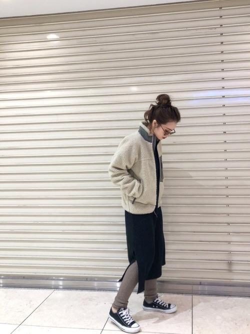 白ボアジャケット×黒ワンピースの服装