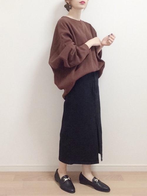 黒タイトスカート×黒ローファーの冬コーデ