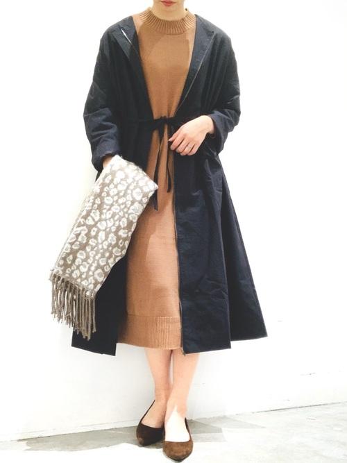 黒ギャザーコート×キャメルワンピースの服装