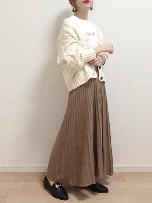 茶色プリーツスカート×ローファーの冬コーデ