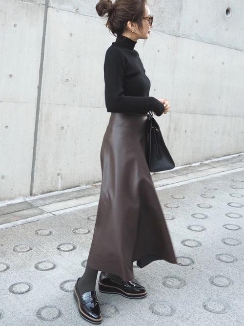 冬の黒ローファー×スカートコーデ