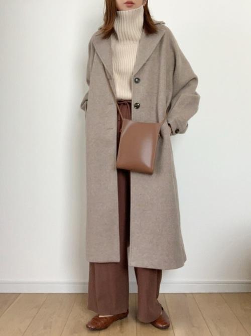 ベージュニット×茶色パンツの服装