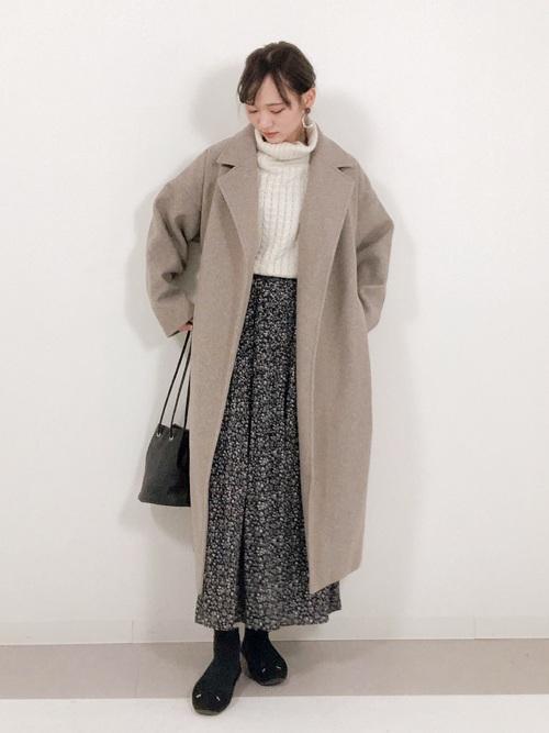 茶色コート×花柄ロングスカートの服装