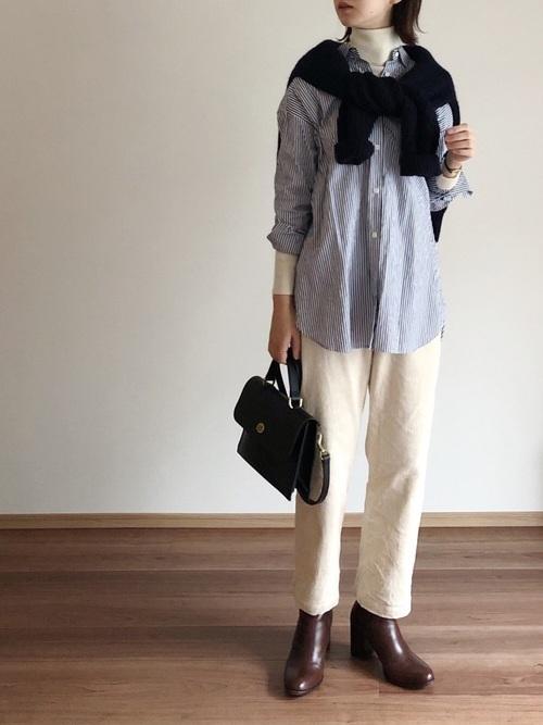 白ニット×チェックシャツのレイヤードコーデ