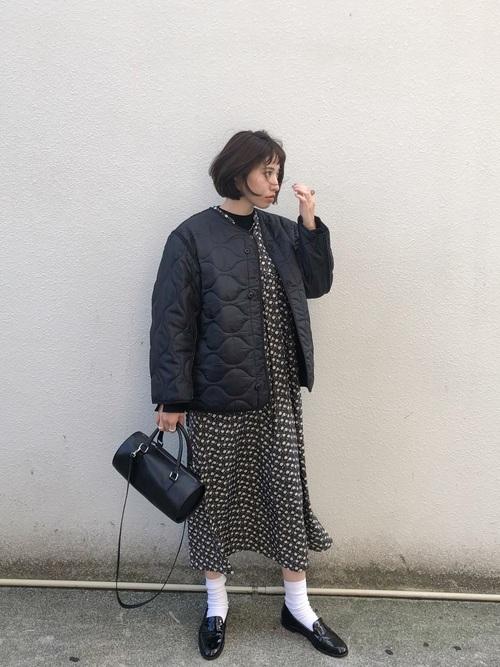 柄ワンピース×白靴下×ローファーの冬コーデ