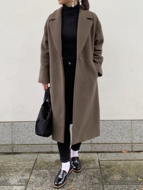 黒パンツ×白靴下×黒ローファーの大人コーデ