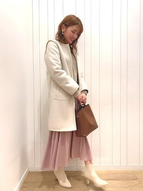 ノーカラーコート×ピンクスカートコーデ