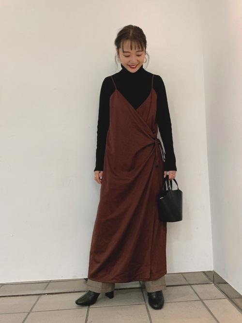 黒ハイネックニット×茶色ワンピースの服装