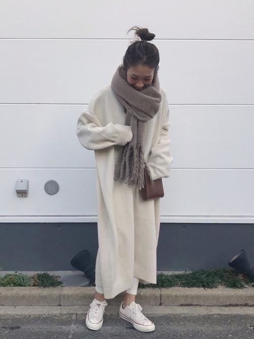 白ニットワンピース×白レギンスの服装