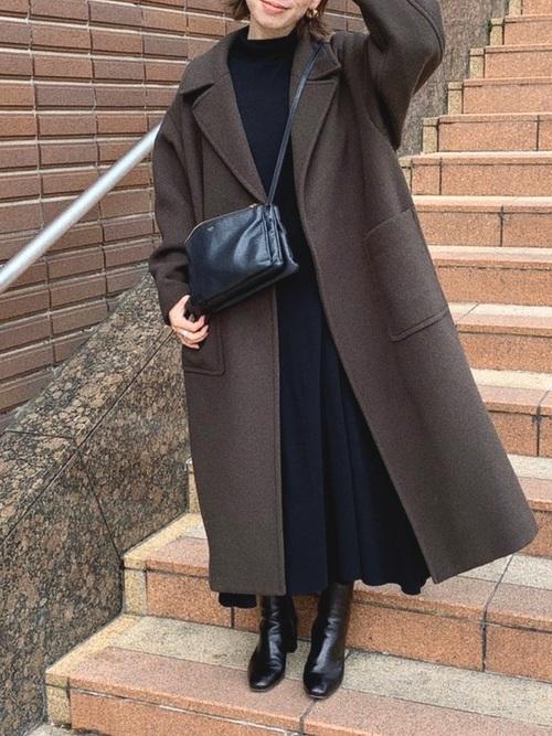 茶色ロングコート×黒ワンピースの服装