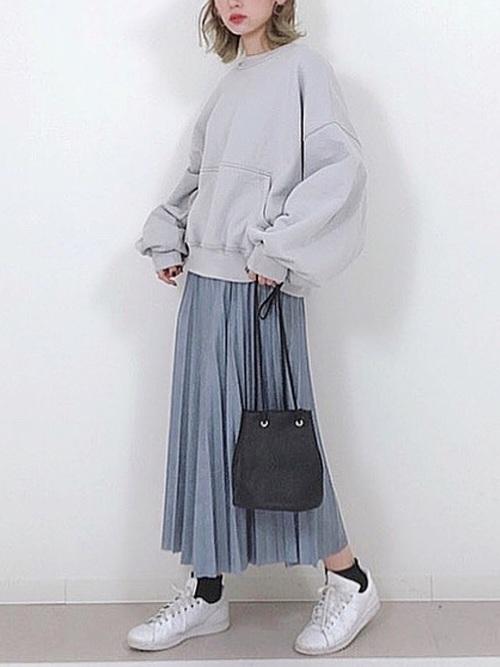 グレースウェット×ブルースカートの服装