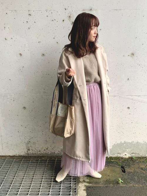 ベージュコート×ピンクチュールスカートの服装