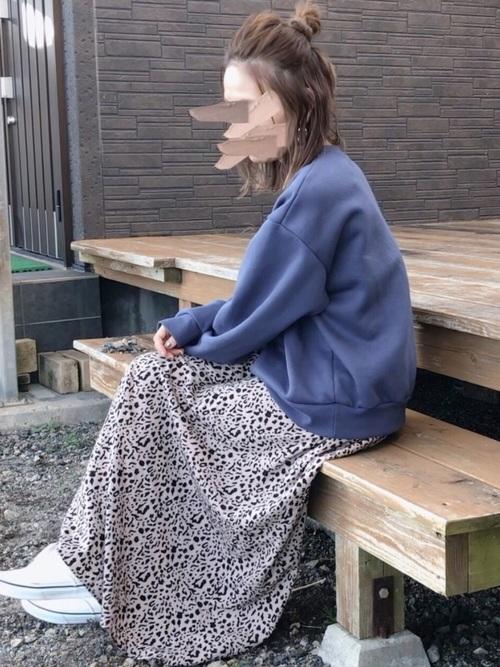 レオパードスカート×白スニーカーの冬コーデ