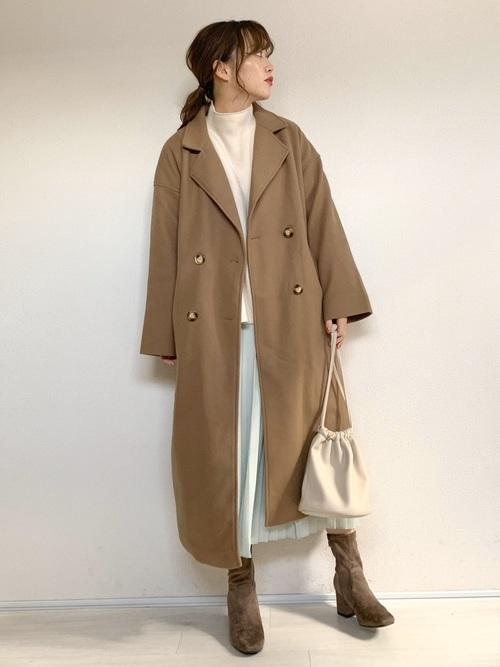 茶色ロングコート×プリーツスカートの服装