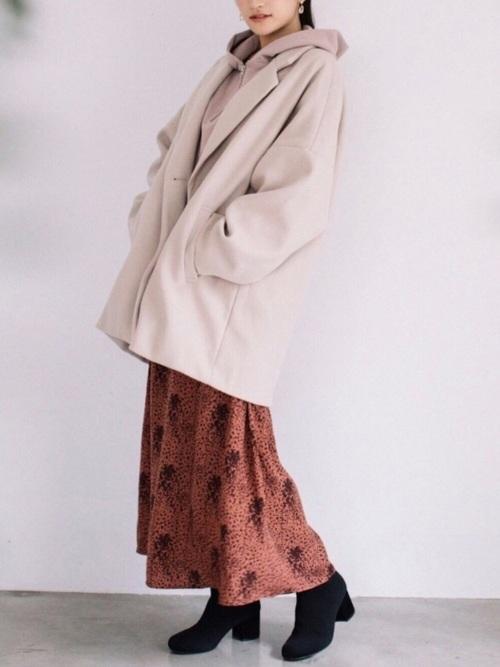 厚手ジャケット×くすみピンクスカートコーデ