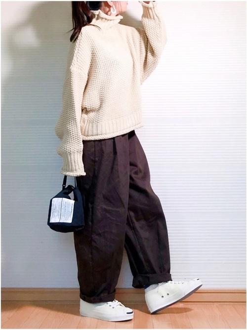 茶色バルーンパンツ×白スニーカーの冬コーデ