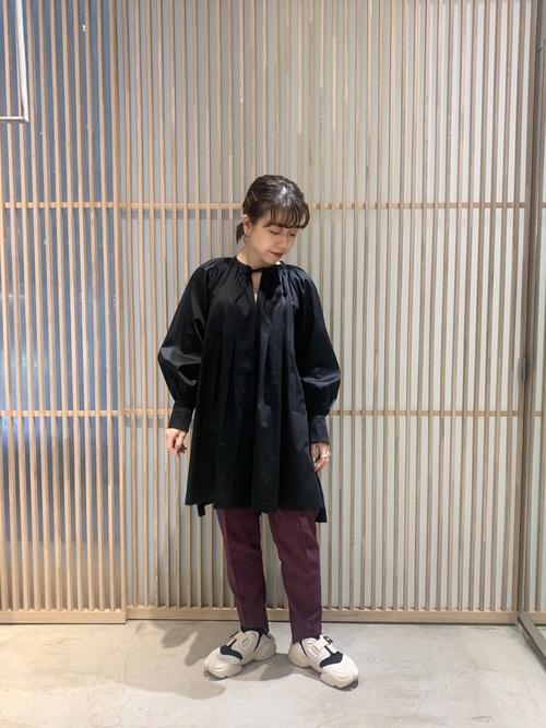 黒チュニックブラウス×紫パンツコーデ