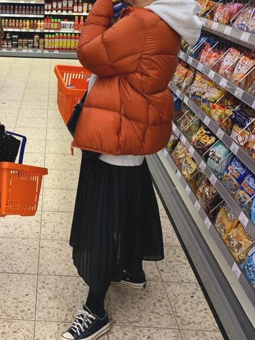 オレンジウルトラライトダウンの冬コーデ