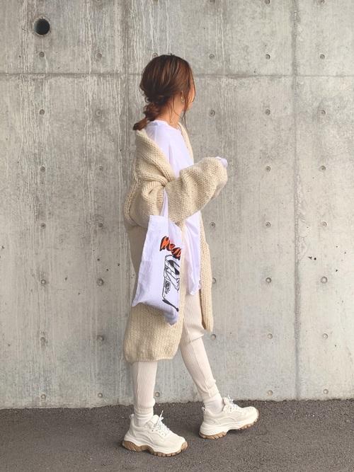 白スキニーパンツ×白厚底スニーカーの冬コーデ