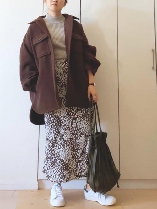 茶色花柄スカート×白スニーカーの冬コーデ