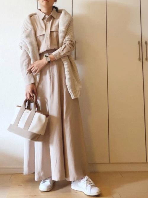 ベージュシャツワンピ×白スニーカーの冬コーデ