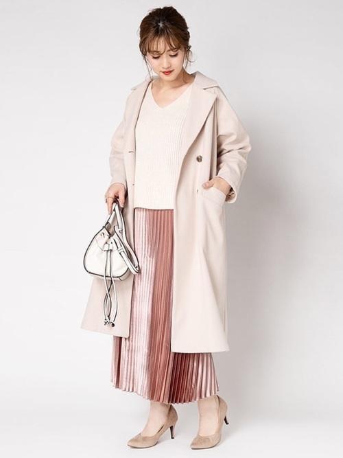淡色コート×くすみピンクスカートコーデ