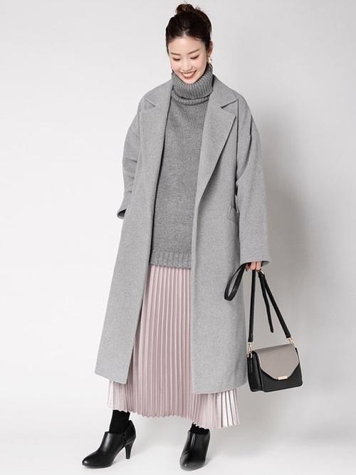 コート×ピンクスカートのおしゃれコーデ