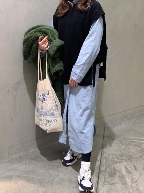 青シャツワンピ×白スニーカーの冬コーデ