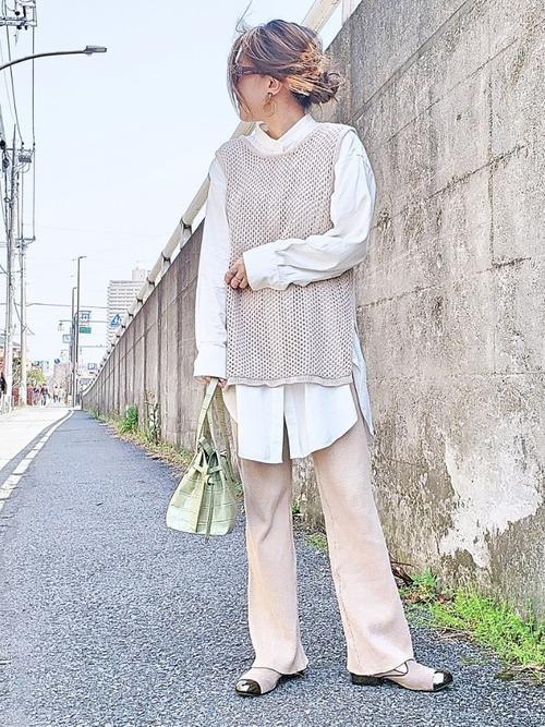白シャツ×メッシュニットベストコーデ