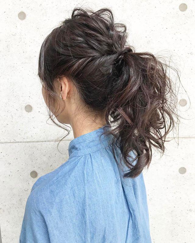巻き髪×くるりんぱの華やかポニーテール