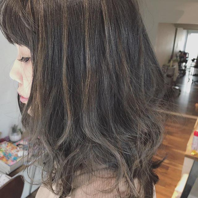 黒髪×ハイライトのスタイル《ミディアム》7
