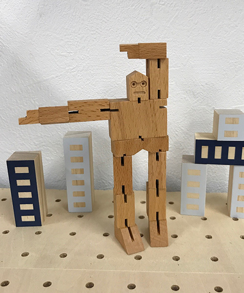 とぼけた表情が可愛らしい木製ロボット