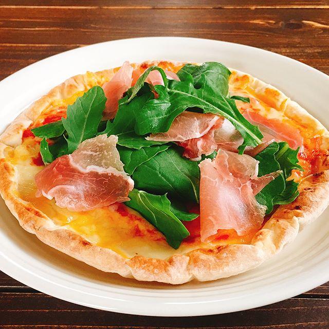 イタリア料理の伝統。ルッコラと生ハムピザ