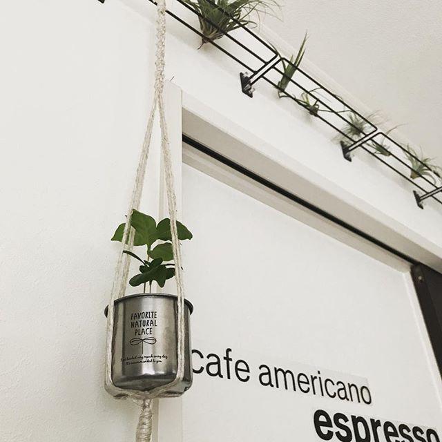 シンプルなワイヤーシェルフに吊るす実例