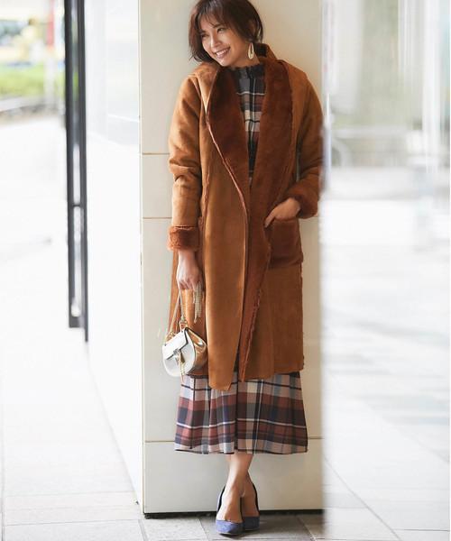 ブラウンコート×チェックワンピの服装