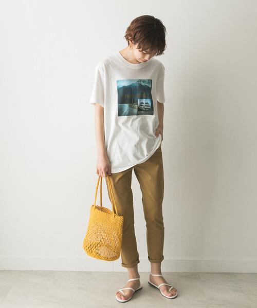 プリントTシャツ×テーパードチノパンツ