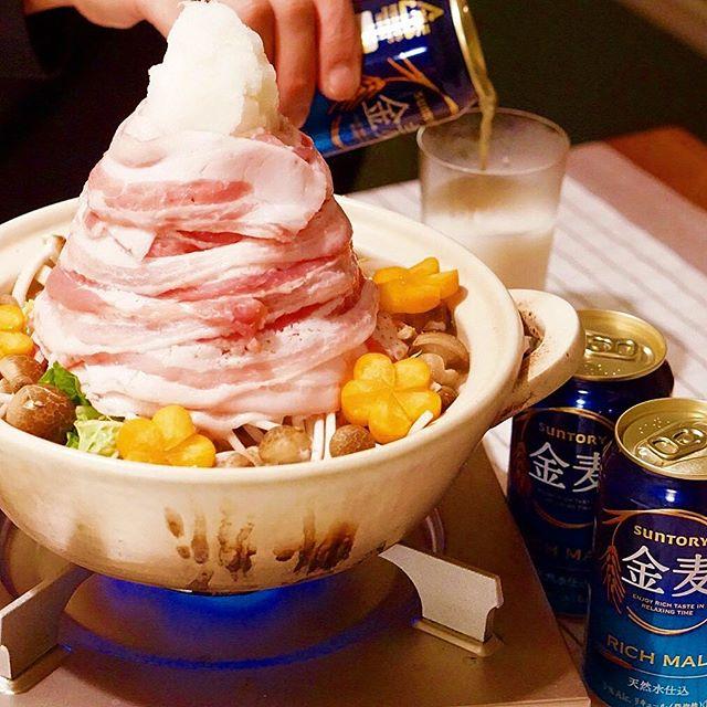 豪快に盛り付ける。肉タワー鍋