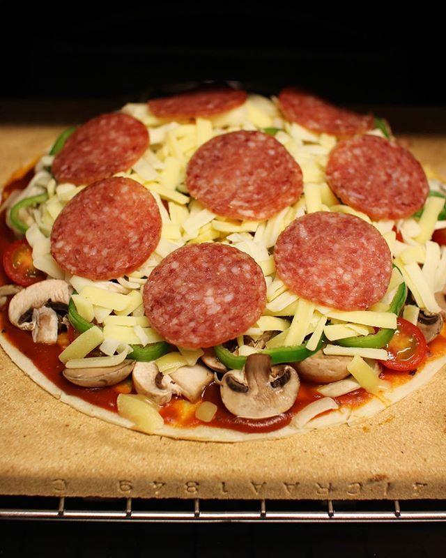 人気の主食に。数種類の具材でサラミピザ