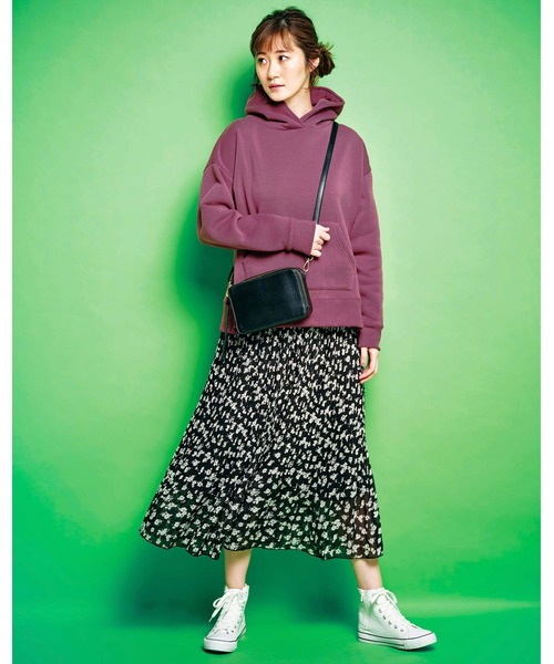 紫パーカー×花柄スカート