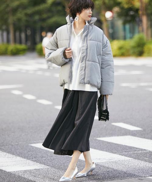 エコダウンジャケット×黒スカート